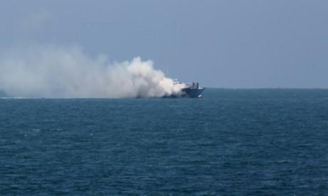De la fumée s'élève au-dessus d'un bateau de la marine égyptienne au large de la péninsule du Sinaï, le 16 juillet 2015  AFP SA