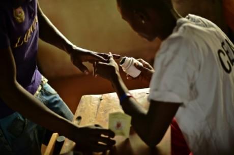 Un homme trempe son doigt dans l'encre dans un bureau de vote de Bujumbura. Photo AFP
