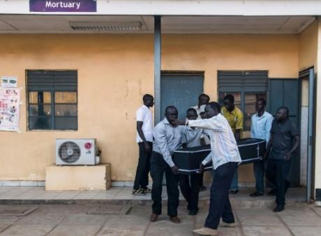 Des proches du journaliste Peter Moi transportent son cercueil près de la morgue, le 20 août 2015 à Juba AFP CHARLES ATIKI LOMO