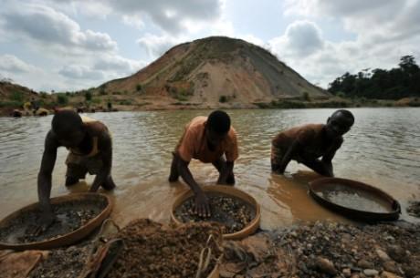 Des prospecteurs de diamands à Koidu en Sierra Leone, le 28 avril 2012 AFP/Archives Issouf Sanogo