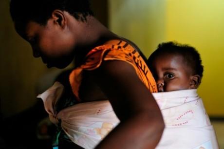 Une rwandaise portant son fils dans le dos à Kigali, le 2 septembre 2010 GAVI ALLIANCE/AFP/Archives Shannon Jensen