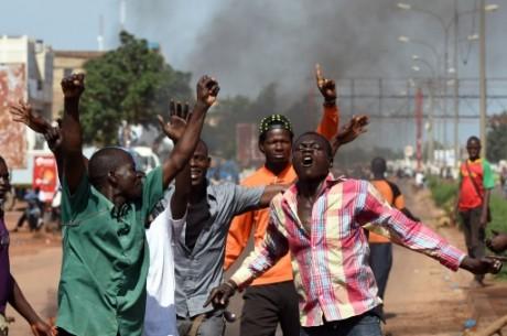 Des manifestants scandent leur hostilité aux putschistes et à la Cédéao, le 21 septembre 2015 à Tampouy  AFP SIA KAMBOU