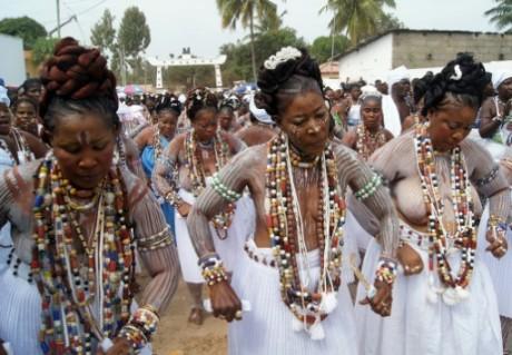 Des femmes dansent lors d'une cérémonie vaudoue à Glidji Kpodji, à 50 km de Lomé, le 10 septembre 2015 AFP EMILE KOUTON