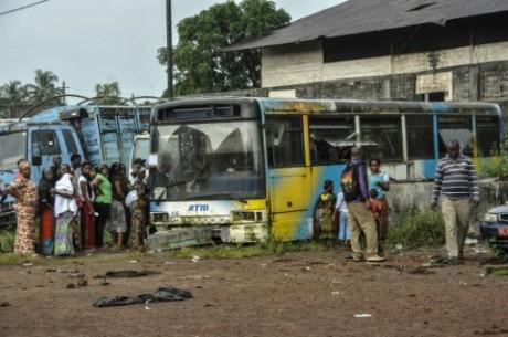 Des électeurs votent dans un autobus laissé à l'abandon à COnakry, le 11 octobre 2015. Photo: AFP/Cellou Binani
