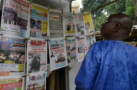 Un homme regarde les unes des journaux maliens, le 23 novembre 2015 à Bamako AFP ISSOUF SANOGO