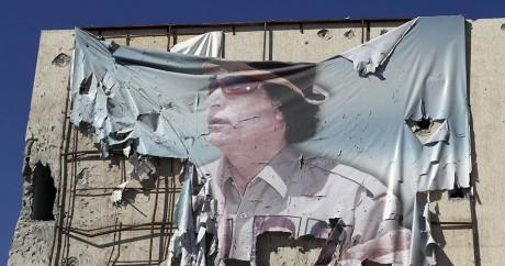 Une bannière déchirée à l'effigie de Kadhafi, le 12 octobre 2011 à Syrte. Crédit photo: REUTERS/Asmaa Waguih