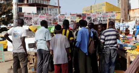 Des Sénégalais lisent la une des médias le 27 février 2012 à Dakar. Crédit photo: REUTERS/Youssef Boudlal
