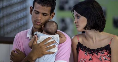 Un couple de brésiliens avec leur nouveau-né atteint de microcéphalie, le 27 janvier 2016. Crédit photo: CHRISTOPHE SIMON / AFP