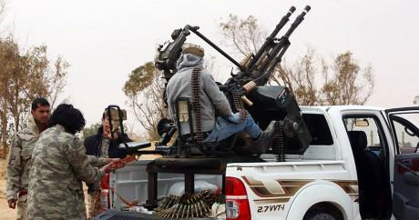 Des milices libyennes qui combattent l'Etat islamique dans la ville de Syrte en mars 2015. Crédit photo: MAHMUD TURKIA / AFP