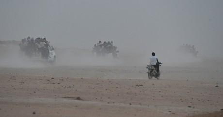Des passeurs transportent des migrants à la sortie d'Agadez vers la Libye, le 1er juin 2015. Crédit photo:  Crédit ISSOUF SANOGO