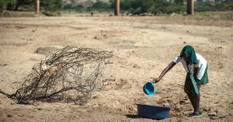 Une jeune fille collecte de l'eau dans la région de Durban en Afrique du Sud, le 9 novembre 2015. Crédit photo: MUJAHID SAFODIEN