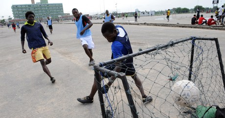 Un match de football amateur à Lagos le 26 mai 2012. Crédit photo: PIUS UTOMI EKPEI / AFP