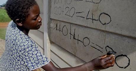 Une professeur de mathématiques au Zimbabwe en 2007. Crédit photo: DESMOND KWANDE / AFP