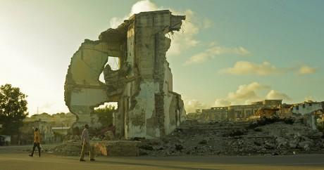 Des ruines à Mogadiscio, la capitale somalienne, le 11 août 2015. Crédit photo: ABDIWAHAB MOHAMED / AFP