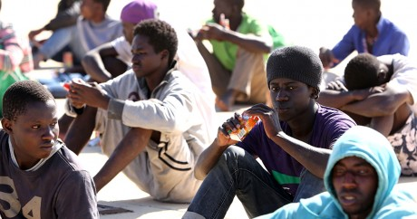 Des migrants secourus par des gardes-côtes au large de Tripoli, le 29 septembre 2015. Crédit photo: MAHMUD TURKIA / AFP