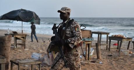 Un soldat ivoirien sur la plage de Grand-Bassam, le 13 mars 2016. Crédit photo: ISSOUF SANOGO / AFP