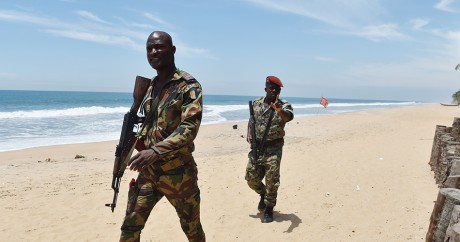 Des militaires ivoiriens sur la plage de Grand-Bassam, le 15 mars. Crédit photo: ISSOUF SANOGO / AFP