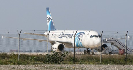 L'Airbus A320 d'Egypt Air sur le tarmac de l'aéroport de Lanarca, le 29 mars. Crédit photo: STR / AFP