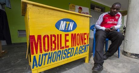 Un vendeur MTN dans une rue de Kampala, en Ouganda, le 18 novembre 2015. Crédit photo: ISAAC KASAMANI / AFP