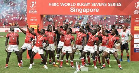 Les joueurs kenyans célèbrent leur victoire au tournoi de Singapour, le 17 avril 2016. Crédit photo: ROSLAN RAHMAN/AFP