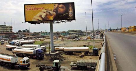 Un panneau publicitaire vante les bienfaits de la bière au Nigeria. Crédit photo: PIUS UTOMI EKPEI / AFP