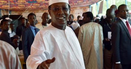 Le président tchadien Idriss Déby vote le 10 avril 2016. Crédit photo: ISSOUF SANOGO / AFP