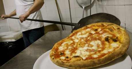 Une pizza en préparation à Naples en 2008. Crédit photo: ROBERTO SALOMONE / AFP