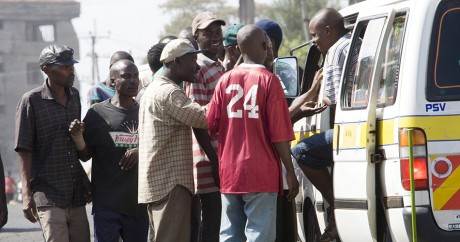 Des clients grimpent dans un mini-bus collectif à Nairobi, en 2008. Crédit photo: YASUYOSHI CHIBA / AFP