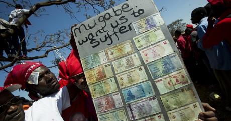 «Mugabe veut nous faire souffrir» ont écrit des Zimbabwéens à côté de dollars locaux. ALEXANDER JOE / AFP