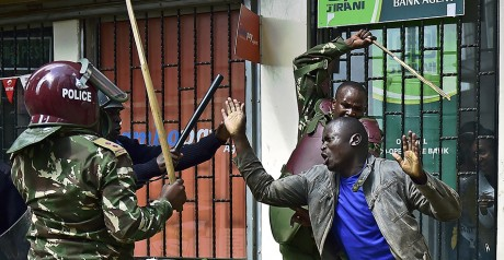 Un manifestant frappé par des policiers le 16 mai à Nairobi. Crédit photo: CARL DE SOUZA / AFP