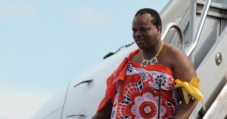 Le roi Mswati III arrive à l'aéroport de Katunayake au Sri Lanka, le 13 août 2012. Crédit photo: Ishara S.KODIKARA / AFP