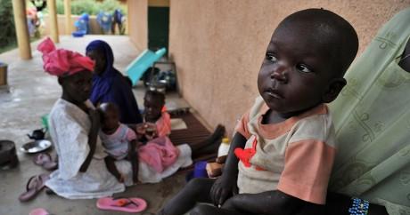 Une mère et son bébé, le 17 mai 2012 à Gao au Mali. Crédit photo: ISSOUF SANOGO / AFP