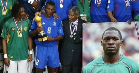 Les capitaines camerounais et français tiennent le trophée ensemble en hommage à Marc-Vivien Foé, le 29 juin 2003. KSIAZEK / AFP