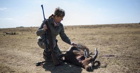 Une chasseuse devant une antilope qu'elle a abattu dans le réserve de Iwamanzi en Afrique du Sud. STEFAN HEUNIS / AFP