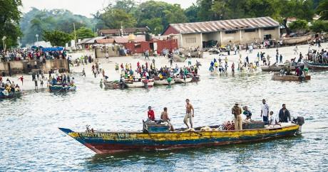 Des bateaux de pêche à Dar-es-Salam en Tanzanie. Crédit photo: Rebecca Hardgrave via Flick. CC BY 2.0