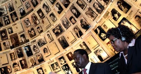 L'ancien premier ministre du Kenya, Raila Odinga, avec sa femme au mémorial de l'Holocauste à Jérusalem en 2011. GALI TIBBON/AFP
