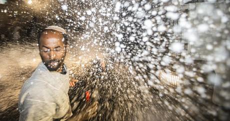 La police israélienne pulvérise de l'eau sur des manifestants juifs éthiopiens à Tel Aviv, en mai 2015. JACK GUEZ / AFP