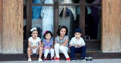 Des enfants tunisiens patientent dehors alors que leurs mères font la prière de l'Aïd. FETHI BELAID / AFP