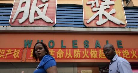 En 2013, deux immigrés africains devant un magasin de vêtements à Canton. STR / AFP