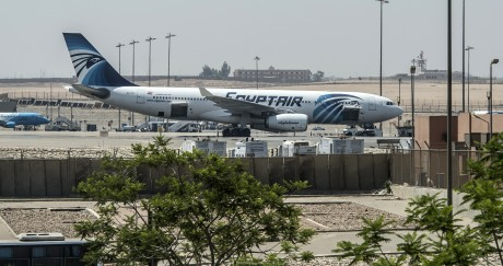 Un avion de la compagnie Egyptair sur le tarmac de l'aéroport du Caire, le 19 mai dernier. KHALED DESOUKI / AFP