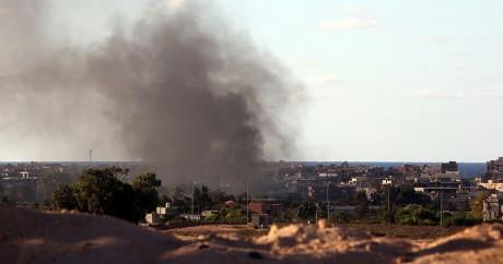 Da la fumée au-dessus de la ville de Syrte après des combats le 18 juillet 2016. MAHMUD TURKIA / AFP