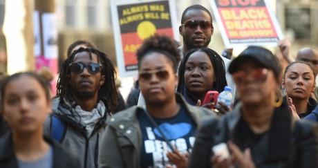 Des militants écoutent un discours du mouvement Black Lives Matter. PETER PARKS / AFP