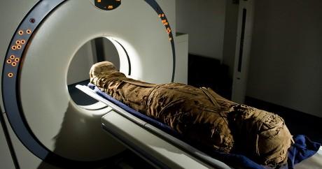 Une momie égyptienne vieille de 3.000 est analysée au Saad centre à l'université de Londres en 2009. LEON NEAL / AFP