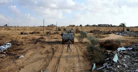 Un véhicule militaire égyptien patrouille à la frontière avec Gaza, le 4 novembre 2014. MOHAMED EL-SHERBENY / AFP
