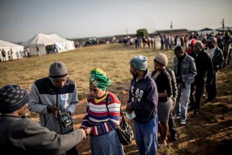 Des électeurs font la queue à un bureau de vote à Durban, le 3 août 2016. MARCO LONGARI / AFP