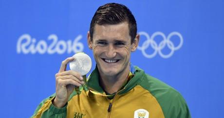 Le nageur sud-africain Cameron Van Der Burgh était tout sourire en recevant sa médaille dimanche. CHRISTOPHE SIMON / AFP