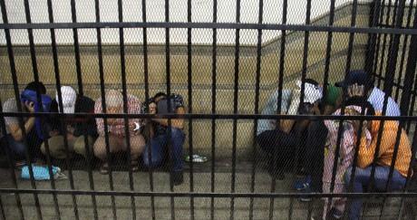 Fin 2014, dans une cellule du Caire, des personnes accusées d'avoir organisé un faux mariage gay attendent leur verdict. AFP