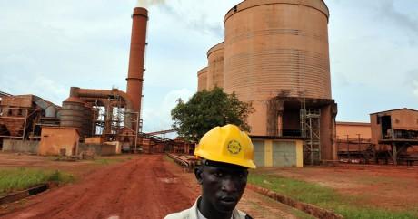 Un technicien devant l'usine de bauxite de la CBG à Kamsar en Guinée, le 23 octobre 2008. GEORGES GOBET / AFP