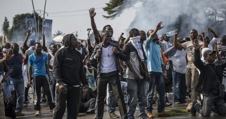 Des manifestants protestent contre la réélection d'Ali Bongo, le 31 août 2016 à Libreville. MARCO LONGARI / AFP