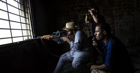 Un snipper des troupes libyennes anti-daech est posté dans un immeuble de la ville de Syrte. Fabio Bucciarelli / AFP
